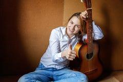 演奏妇女年轻人的吉他 库存照片