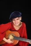 演奏妇女年轻人的吉他 免版税库存图片