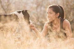 演奏妇女年轻人的狗 库存图片