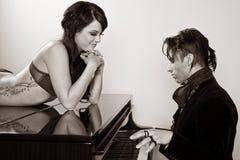演奏妇女的人钢琴 免版税库存图片
