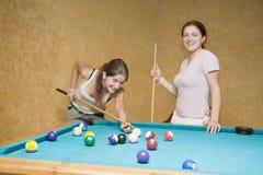 演奏妇女的台球 免版税库存照片