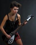 演奏妇女的吉他 免版税库存照片