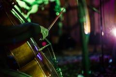演奏妇女的大提琴 免版税库存照片