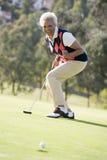 演奏妇女的比赛高尔夫球 免版税库存图片
