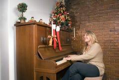 演奏妇女的水平的钢琴 免版税库存照片