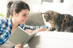 演奏妇女的猫 免版税图库摄影