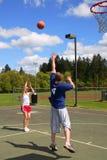 演奏妇女的篮球人 图库摄影