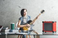 演奏妇女的美丽的吉他 免版税库存图片