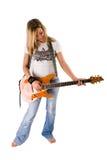 演奏妇女的美丽的白肤金发的吉他 免版税库存照片