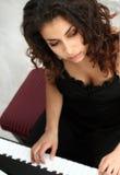 演奏妇女的钢琴 免版税库存照片