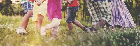演奏嬉戏的活跃概念的儿童朋友 免版税库存图片