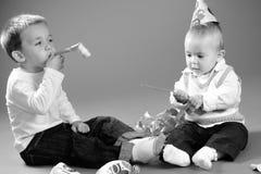 演奏学龄前儿童的男婴 免版税库存照片