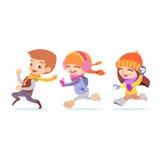 演奏孩子的逗人喜爱的动画片跑在冬天 免版税库存图片