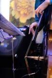 演奏实况音乐的一个低音提琴的一位音乐家 免版税库存图片