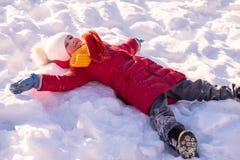 演奏室外冬天的愉快的女孩 图库摄影