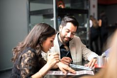 演奏宾果游戏的拉丁夫妇在赌博娱乐场 库存照片