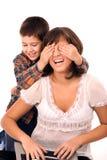演奏寻求儿子的隐藏母亲 库存图片