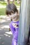 演奏寻求微笑的逗人喜爱的女孩隐藏 免版税库存图片