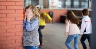 演奏寻求的隐藏 女孩覆盖物注视她的站立在的手 免版税图库摄影