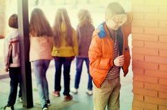 演奏寻求的隐藏 男孩被关闭注视他的站立在wal的手 免版税库存照片