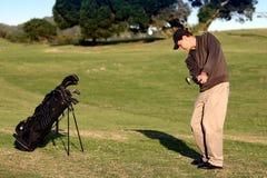 演奏射击的高尔夫球运动员高吊球 免版税库存照片