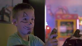 演奏射击者比赛模拟器的孩子 股票视频