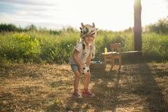 演奏小孩玩具的女孩 免版税图库摄影