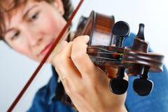 演奏小提琴妇女年轻人 免版税图库摄影