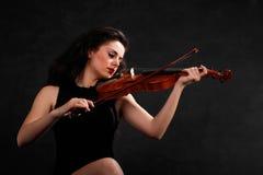 演奏小提琴妇女年轻人 免版税库存图片