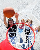 演奏少年的篮球 免版税库存图片