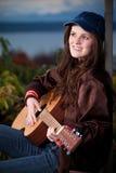 演奏少年的美丽的吉他 免版税库存图片