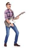 演奏尖叫的吉他弹奏者 图库摄影