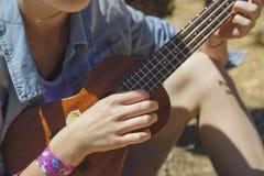 演奏尤克里里琴-夏威夷吉他的少年女孩 库存照片
