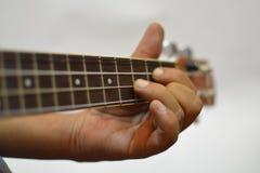 演奏尤克里里琴的手 免版税图库摄影