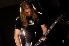 演奏岩石独奏的吉他弹奏者 免版税库存图片