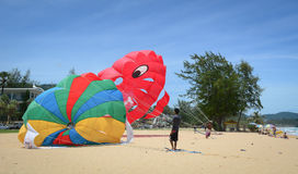 演奏帆伞运动在普吉岛,泰国 免版税库存照片