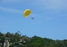 演奏帆伞运动在普吉岛,泰国 图库摄影