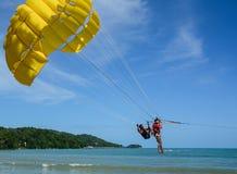 演奏帆伞运动在普吉岛,泰国 库存照片