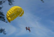 演奏帆伞运动在普吉岛,泰国 免版税图库摄影