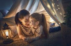 演奏帐篷的女儿母亲 图库摄影