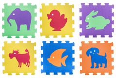 演奏席子片断的五颜六色的动物题材被隔绝 免版税图库摄影