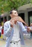 演奏平底锅长笛的街道音乐家在台北市 免版税库存照片