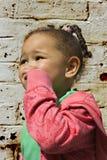 演奏年轻人的婴孩黑人女孩 免版税库存照片