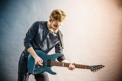 演奏年轻人的电吉他人 免版税库存照片