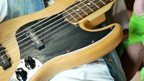 演奏年轻人的电吉他人 股票视频