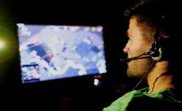 演奏年轻人的电脑游戏人 增加的小故障作用 免版税图库摄影