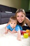 演奏年轻人的男婴母亲 免版税图库摄影