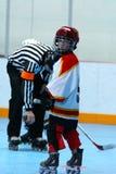 演奏年轻人的男孩曲棍球 免版税库存图片