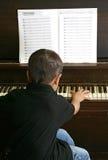 演奏年轻人的男孩钢琴 免版税库存照片