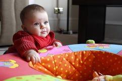 演奏幼儿围栏玩具的女婴 图库摄影